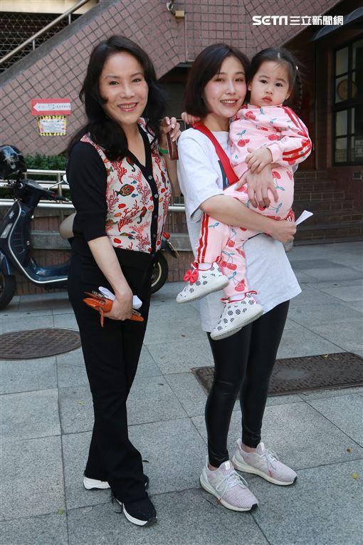 李亞萍攜女兒余筱萍與余苑綺之長女樂樂一同前往投票。(圖/記者林士傑攝影)