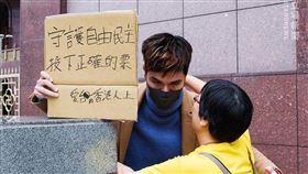 守護自由民主!港男「一天來回」台北舉看板:投下正確的票(圖/翻攝自Stand News 立場新聞臉書)