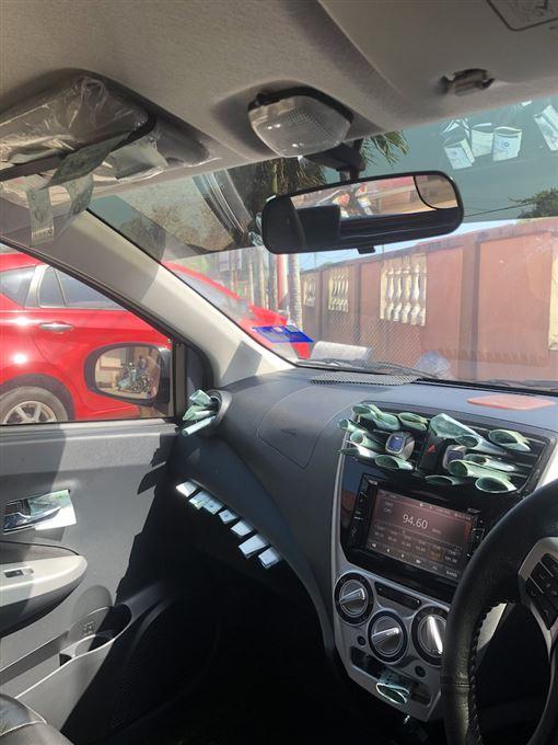 開車載送友人後 車內夾縫送1.1萬(翻攝自推特)