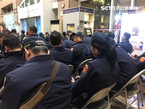 國民黨中央被韓粉包圍 中山分局警方進駐 記者李依璇攝影