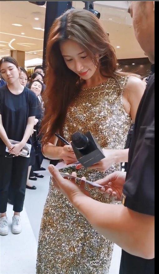 林志玲洋裝過於緊身,硬是擠出副乳。(圖/翻攝自微博)