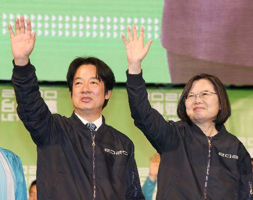 確定連任 蔡總統:大家一起守住台灣自由民主總統蔡英文(右)確定連任,她11日晚間舉行國際記者會後,在競總外和民進黨副總統候選人賴清德(左)一起向支持民眾致意時表示,謝謝台灣人民的勇氣與堅持,大家一起守住台灣這塊自由土地、這個民主的堡壘,「蔡英文守住了」。中央社記者郭日曉攝 109年1月11日