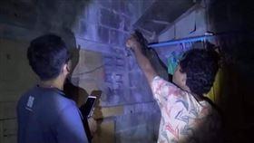 蟑螂,消防,救援,泰國,醉漢,牆縫,隙縫,受困,天花板,製冰廠 圖/翻攝自Spring News