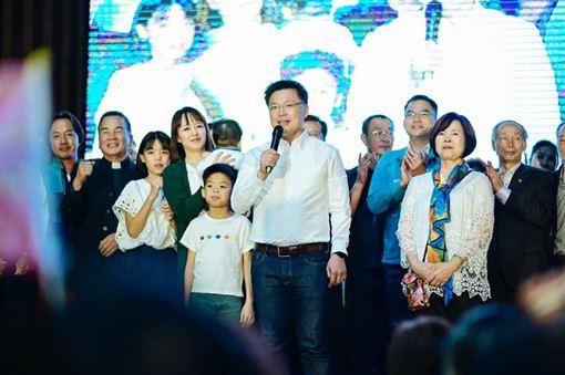 民進黨高雄市立委趙天麟在太太、兒子的陪同下,上台自行宣布當選。(圖/翻攝自趙天麟臉書粉絲專頁)