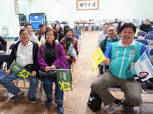 僑胞關注台灣大選 熬夜看轉播台灣大選氣氛熱,遠在美國洛杉磯,時差16小時,僑胞深夜聚會看開票。圖為2020海外小英後援會舉辦的活動。中央社記者林宏翰洛杉磯攝 109年1月12日
