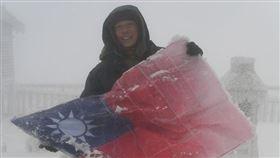 玉山國旗結冰照