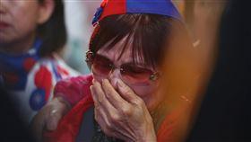 國民黨票數落後 支持者落淚(3)第15任總統、副總統及第10屆立委選舉11日舉行,晚間開票結果陸續揭曉,許多支持者聚集國民黨高雄市黨部現場關心開票情形,有民眾看著票數落後,難過落淚。中央社記者王騰毅攝 109年1月11日