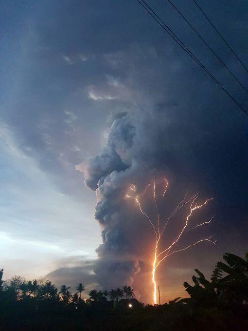 菲律賓塔爾火山噴發 當局升高警戒層級位於菲律賓呂宋島中南部八打雁省的塔爾火山12日下午蒸汽噴發1公里高的羽流,當局已升高警戒層級到第3級,意味「可能發生火山爆發」。(旅菲華僑李采樺提供)中央社記者陳妍君傳真 109年1月12日