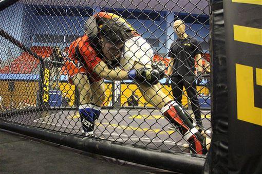 ▲業餘綜合格鬥積分賽,選手在鐵籠內激戰。(圖/大會提供)