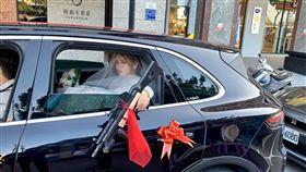 結婚,扇子,新娘,槍,傳統。(圖/翻攝自爆笑公社)