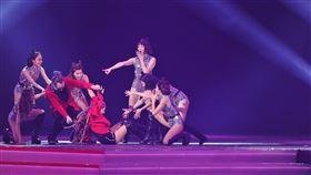 王彩樺,2020超級巨星紅白藝能大賞,康康,舞台,表演,跌倒,重摔。圖/台視提供