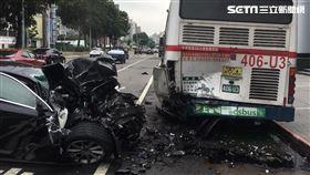 士林,延平北路,車禍,捷豹,Jaguar,公車 翻攝畫面