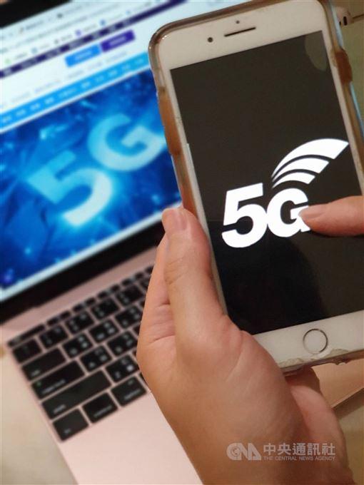 5G競標邁入第24天,電信業者投標的熱度並未衰減。13日熱門頻段3.5GHz標金已經來到了新台幣1253.61億元,進逼世界第2高。(中央社檔案照片)