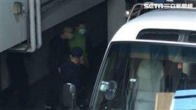 前太電副董事長,孫道存,穿著綠色外套、戴口罩上囚車返回看守所,開庭時他表示自己喉嚨有腫瘤,所以講話比較吃力。(圖/記者楊佩琪攝)