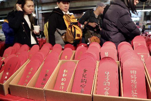 春節將至 攤商販售創意紅包袋農曆新年將至,台北市迪化商圈年貨大街開賣,有商家準備有別於傳統的紅包袋,事先印上創意文字,供民眾採買。中央社記者張皓安攝 109年1月13日