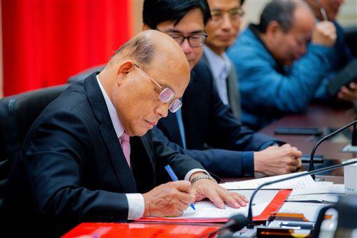 行政院13日召開臨時院會,行政院長蘇貞昌率內閣成員完成總辭。(圖/行政院提供)