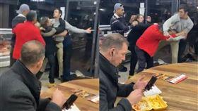 餐廳,烤肉,薯條,吃飯,淡定,群毆,打架,全武行,戰場,英國, 圖/翻攝自YouTube