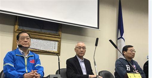 國民黨敗選,黨主席吳敦義(中)11日晚間出面舉行記者會,宣布將率黨內一級主管辭職,以示負責。中央社記者徐肇昌攝
