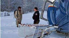 ▲男子受困阿拉斯加雪地23天終於獲救。(圖/翻攝自Alaska State Troopers)  住家被燒毀!男子困荒野23天 雪地畫「SOS」成功獲救(圖/翻攝自Alaska State Troopers)