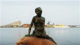 丹麥美人魚雕像挺反送中?底座被噴漆 紅字寫「自由香港」 圖/翻攝自unsplash