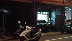 桃園楊梅一林姓男子因為沒帶鑰匙,爬貨車、遮雨棚進屋內,要幫等在屋外的爸媽開門,卻被發現陳屍客廳。(圖/翻攝畫面)