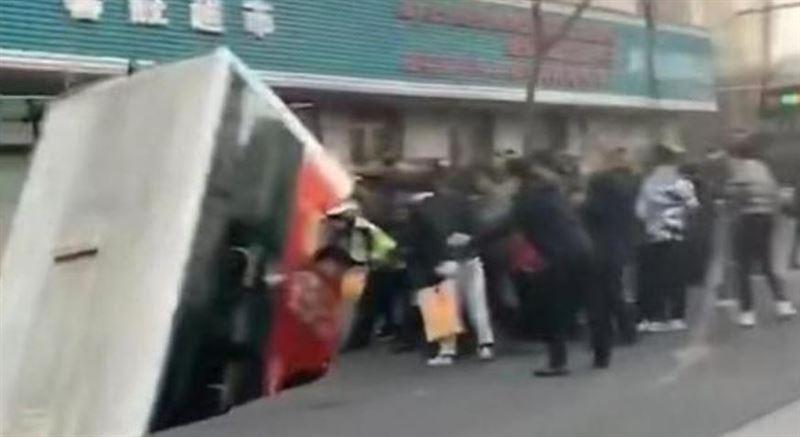 陸青海巴士直插「巨坑」!大批人員搶救 釀13傷2失蹤