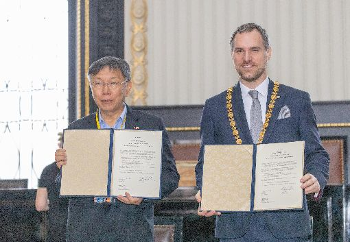 台北與布拉格締結為姊妹市台北市長柯文哲(左)13日與布拉格市長賀瑞普(右)在布拉格簽署姊妹市協定。(北市府提供)中央社記者林育立布拉格傳真 109年1月14日