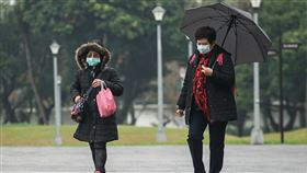 北台灣整天偏濕冷(1)中央氣象局表示,13日大陸冷氣團持續影響,北台灣整天偏冷,清晨至傍晚中部以北及宜蘭降雨機率增加、有短暫雨,基隆北海岸有局部較大雨勢發生機率。中央社記者裴禛攝 109年1月13日