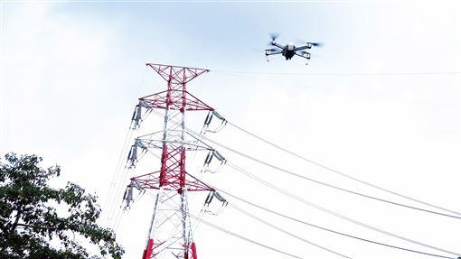 台電出新招 出動無人機巡檢電塔台電2019年首度導入「無人機」,運用科技巡檢電塔,並搭配自動化監測設備,台電人員可以即時掌握電塔狀態。(台電提供)中央社記者蔡芃敏傳真 109年1月13日
