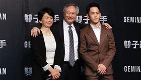 李安夫婦與兒子李淳步入紅毯。