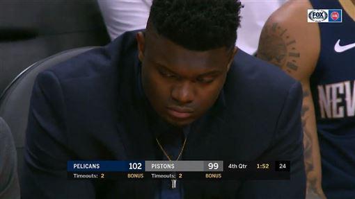 Zion Williamson在板凳疑似打瞌睡被拍到。(圖/翻攝自YouTube)