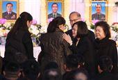 總統蔡英文向黑鷹殉職將士眷屬握手致意。(記者邱榮吉/攝影)
