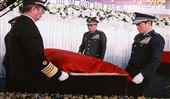 國防部長率各部會首長向殉職將士覆蓋國旗。(記者邱榮吉/攝影)