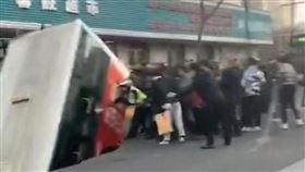 陸青海巴士直插巨坑 釀13傷2失蹤。(圖/翻攝自bowenpress推特)