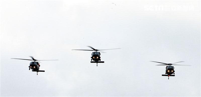 3架黑鷹直升機以分列式飛越會場。(記者邱榮吉/攝影)