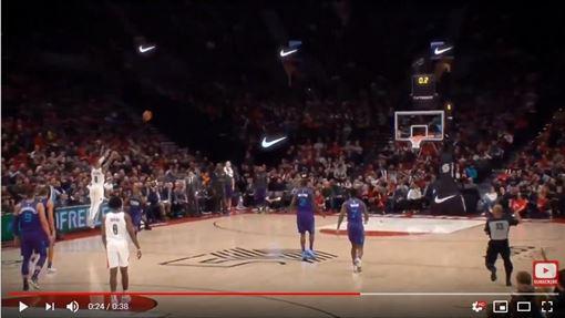 ▲里拉德(Damian Lillard)中場投進壓哨球。(圖/翻攝自YouTube)