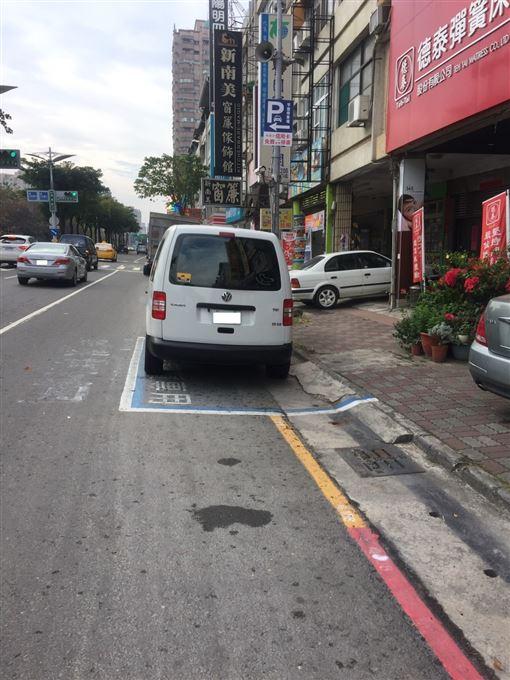汽車停在黃線與紅線相交接處,一樣要受罰