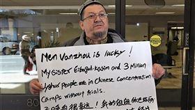 孟晚舟出庭  維吾爾族人士控訴中國罪行中國電信大廠華為財務長孟晚舟6日在加拿大出庭,法庭外有人舉標語,控訴中國在新疆對維吾爾族人犯下罪行。中央社記者林宏翰溫哥華攝  108年3月7日