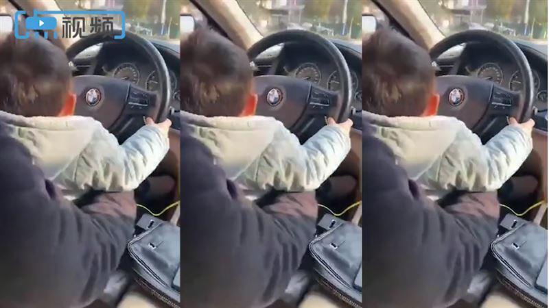 兒不到2歲!爸踩油門讓他「自己開車」媽錄影炫:最小駕駛