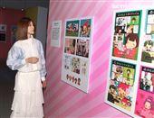 卡娜赫拉展15周年展蔡黃汝(豆花妹)看展趣,與八三夭主唱阿璞緋聞情變。(記者邱榮吉/攝影)