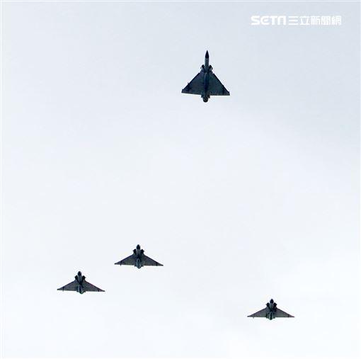 4架幻象戰機,其中左二幻象戰機往上拉升,離開整個梯隊,代表對總長沈一鳴等殉職將士的致敬。(記者邱榮吉/攝影)