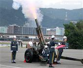 「0102殉職將士」聯合公祭現場會以19響「矧砲」送車隊離開。(記者邱榮吉/攝影)