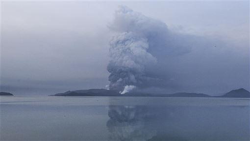 ▲菲律賓塔爾火山(Taal Volcano)爆發。(圖/美聯社/達志影像)