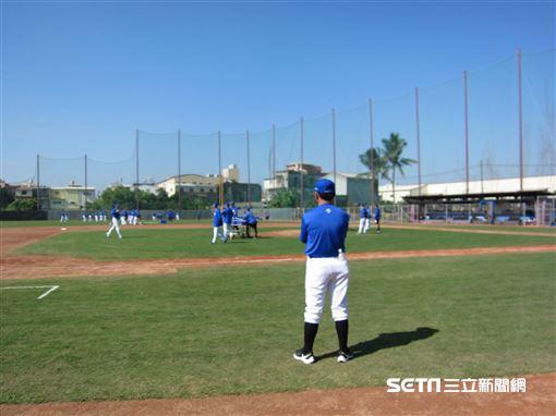 ▲富邦悍將總教練洪一中春訓首次正式練球觀察狀況。(圖/記者蕭保祥攝影)