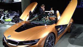 洛杉磯車展 BMW油電混合跑車BMW在洛杉磯車展展出i8 Roadster油電混合敞篷跑車款,上掀式車門極具未來感。中央社記者曹宇帆洛杉磯攝  106年11月30日