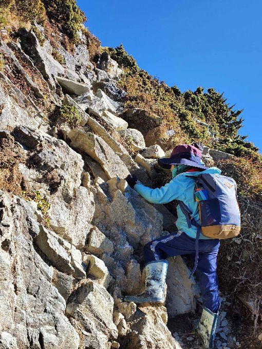 小兄弟登三叉山嘉明湖 挑戰好漢坡住在新北市的7歲阿興、5歲阿賢兄弟,在今年元旦清晨與父母挺進嘉明湖,途中經歷坡度將近8、90度的好漢坡,兩人克服心理障礙成功登頂。(邱德鑫提供)中央社記者盧太城台東傳真 109年1月14日