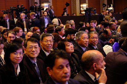 遠景基金會學者與代表處官員參加瑞辛納對話遠景基金會執行長賴怡忠(2排右1)、駐印度代表田中光(2排右2)等台灣學者與代表處官員共8人,14日晚間出席瑞辛納對話開幕典禮。中央社記者康世人新德里攝  109年1月15日
