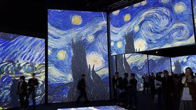 結合視聽嗅覺 觀眾走進梵谷世界(1)梵谷短短10年的創作生涯,留下「星夜」(圖)、「向日葵」等知名畫作,「再見梵谷-光影體驗展」有別於過去以靜態展覽呈現梵谷畫作,結合音樂與嗅覺,讓觀眾走進梵谷世界。中央社記者鄭景雯攝 109年1月14日