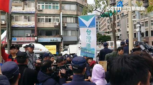 ▲國民黨中常會將處理吳敦義請辭案,場外台灣國成員抗議。