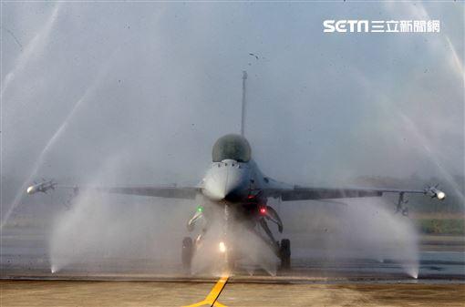 空軍首座戰機自動清洗站,節省人力縮短工時。(記者邱榮吉/攝影)